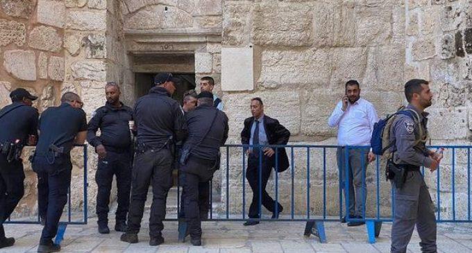 Après avoir harcelé les musulmans tout au long du mois de Ramadan, la police d'occupation israélienne a pris d'assaut les environs de l'église du Saint-Sépulcre à Jérusalem, lors du rassemblement de la communauté chrétienne, pour le samedi saint de la lumière, ce matin.