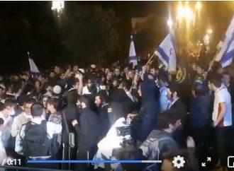 Voilà ce qui se passe à Jérusalem : des colons extrémistes juifs se dirigeant vers Bab El Amoud avec l'intention de mener des attaques contre les Palestiniens.
