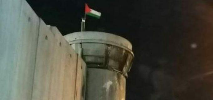 Des manifestants palestiniens ont enlevé un drapeau d'Israël sur un avant-poste militaire