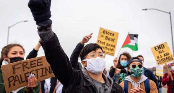 Des centaines de manifestants pro-palestiniens ont défilé hier devant le port d'Oakland en Californie, aux États-Unis