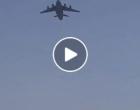 Des Afghans désespérés tentent de fuir Kaboul accrochés à un avion militaire US.