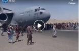 Des milliers d'afghans abandonnés par les Etats-Unis essaient désespérément d'obtenir une place dans un avion militaire pour fuir le pays, allant jusqu'à s'accrocher à une aile.