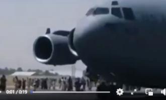 Groupe de personnes vues assises sur l'aile d'un avion décollant de l'aéroport de Kaboul, au moins 3 personnes seraient mortes.