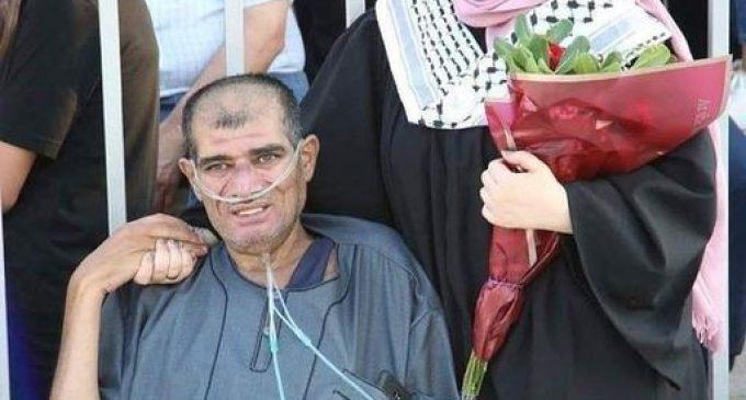 Malgré sa fatigue et sa maladie, un père palestinien a insisté pour assister à la cérémonie de remise des diplômes de sa fille dans une université palestinienne de Cisjordanie.