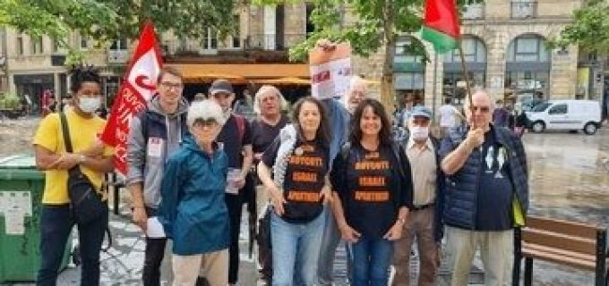 Hier, des militants pro-palestiniens ont participé à une veillée en France contre le parrainage par Puma de l'Association israélienne de football pour l'apartheid.