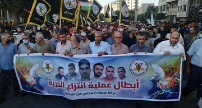 Les Palestiniens de Gaza ont pris part à une veillée pour célébrer l'évasion miraculeuse de six prisonniers politiques palestiniens la nuit dernière par un tunnel de la prison israélienne de Gilboa