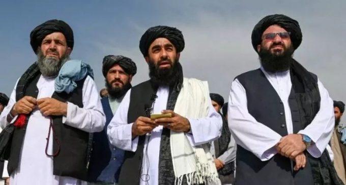 Les talibans déclarent la victoire alors que les dernières troupes américaines quittent l'Afghanistan
