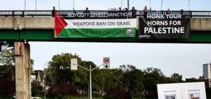 Des militants pro-palestiniens ont hissé des drapeaux de la Palestine au pont canadien